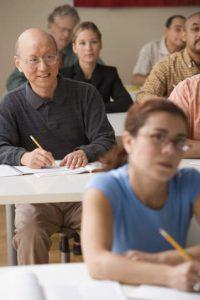 Abbildung Lernende Schüler im Unterrichtsraum. Illustration zu Erwachsenenbildung der CBZ-Gruppe Freising